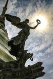 Engel vóór zon in Victor Emmanuel Monument in Rome stock foto's