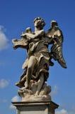 Engel zeigt Zeichen Jesuss INRI Stockfotografie