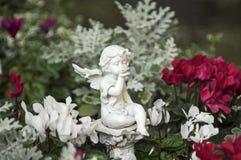 Engel zwischen Blumen Stockbild