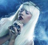 Engelachtige lange haarvrouw met schedel Stock Foto's