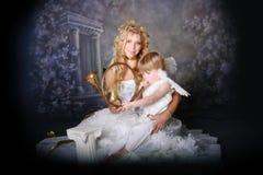 Engelachtige Moeder en Zoon Stock Foto's