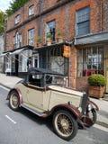 Engeland: uitstekende auto en oude winkels royalty-vrije stock afbeelding