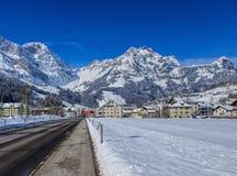 Engelbergerstrasse gata i Engelberg, Schweiz Royaltyfri Bild