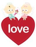 Engelen die op een geïsoleerdo hart zitten Stock Foto
