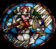 Engelen in gebrandschilderd glas: biddend en met een harp stock foto