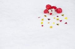 Engelen met hart op sneeuw stock afbeelding