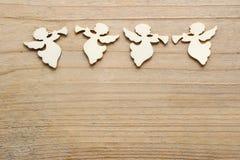 Engelen met trompetten op houten achtergrond, exemplaarruimte Stock Foto
