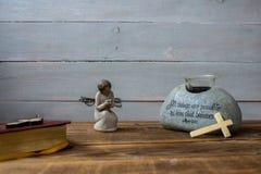 Engelen oud bijbel en kruis op houten achtergrond Stock Fotografie
