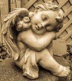 Engelenbeeldhouwwerk in antieke kleur stock afbeelding