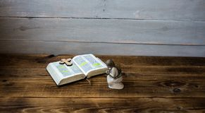 Engelenbijbel en kruis op houten achtergrond Stock Foto
