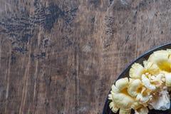 Engelenpaddestoel op de houten lijst naast met ruimte Royalty-vrije Stock Fotografie