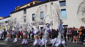 Engelenparade in Carnaval van Limoux in Aude, Frankrijk stock videobeelden