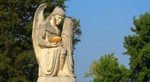 Engelenstandbeeld die comfort geven aan kind Stock Foto's