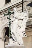 Engelenstandbeeld met kruis stock afbeelding