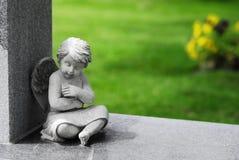 Engelenstandbeeld op steen Stock Fotografie