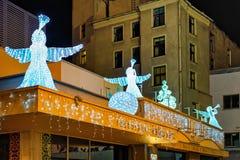 Engelenstandbeelden op het dak van het restaurant in Riga Stock Afbeeldingen