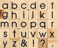 Engels alfabet in kleine letters, achtergrond van geïsoleerd hout letterpr Royalty-vrije Stock Afbeelding