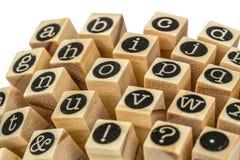 Engels alfabet in kleine letters, collage van geïsoleerd houten letterzetsel Stock Afbeelding