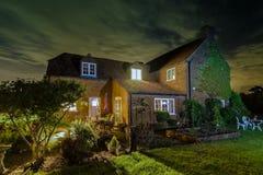 Engels buitenhuis - Huishuis bij Nacht royalty-vrije stock foto's
