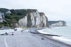 Engels Kanaal, reusachtig krijtrotsen en kiezelsteenstrand dichtbij Quiberville in Normandië, Frankrijk stock afbeelding