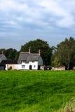 Engels land met stro bedekt plattelandshuisje Royalty-vrije Stock Foto