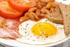 Engels ontbijt met gebraden eieren, bacon en bonen stock afbeelding