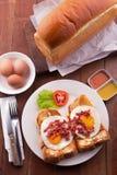 Engels Ontbijt: toost, zonnige kant op eieren, bacon, ham en salade Royalty-vrije Stock Foto's