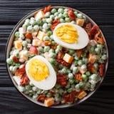 Engels Pea Salad is een prachtig, hartelijk bijgerecht met eieren, bacon, hakte rode ui, en cheddarkaas samen gemengd fijn allen stock foto