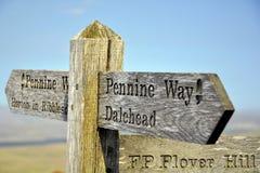 Engels platteland: teken post bovenop heuvel Stock Foto's