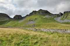 Engels plattelandslandschap: heuvel, drystonemuur Royalty-vrije Stock Afbeelding