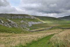 Engels plattelandslandschap: heuvel, drystonemuur Royalty-vrije Stock Fotografie