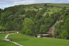 Engels plattelandslandschap: rivier, heuvels, klip Royalty-vrije Stock Afbeeldingen