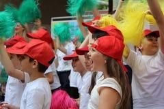 Engels, Russische Föderation, kann das Team mit 15 2018 Sport von Kindern in den roten Baseballmützen lizenzfreies stockbild