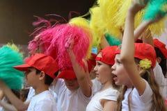 Engels, Russische Federatie, kan 15 2018 Sportenteam van kinderen in rode honkbalkappen Stock Fotografie