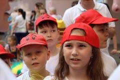 Engels, Russische Federatie, kan 15 2018 Sportenteam van kinderen in rode honkbalkappen Royalty-vrije Stock Foto's