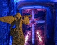 Engels-Statue und Kreuz in der Salz-Kathedrale von Zipaquira, Kolumbien Stockbilder