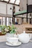 Engels Theestel op Lijst in Koffie Royalty-vrije Stock Fotografie