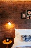 Engels uitstekend de slaapkamerbinnenland van het land met natuurlijke lichte thro Royalty-vrije Stock Afbeelding