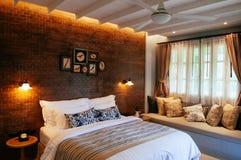 Engels uitstekend de slaapkamerbinnenland van het land met natuurlijke lichte thro Stock Afbeelding