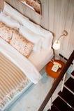 Engels uitstekend de slaapkamerbinnenland van het land met natuurlijke lichte thro Stock Foto