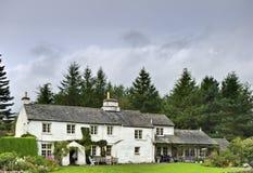 Engels wit plattelandshuisje in bos Royalty-vrije Stock Foto's