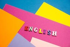 Engels woord dat van kleurrijke het blok houten brieven van het abcalfabet wordt samengesteld, exemplaarruimte voor advertentiete Stock Afbeeldingen