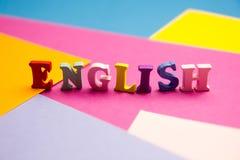 Engels woord dat van kleurrijke het blok houten brieven van het abcalfabet wordt samengesteld, exemplaarruimte voor advertentiete Stock Foto