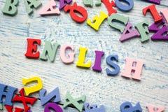 Engels woord dat van kleurrijke het blok houten brieven van het abcalfabet wordt samengesteld, exemplaarruimte voor advertentiete Stock Afbeelding