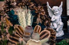 Engelsdekoration auf dem Grab Stockfotos