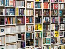 Engelse Boeken voor Verkoop op Bibliotheekplank Stock Foto