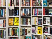 Engelse Boeken voor Verkoop op Bibliotheekplank Royalty-vrije Stock Fotografie