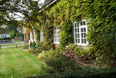 Engelse Buitenhuis en tuin Royalty-vrije Stock Foto's