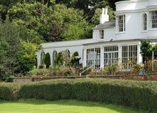 Engelse Buitenhuis en tuin royalty-vrije stock afbeelding