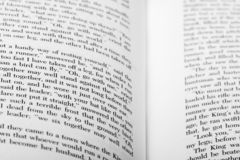 Engelse die woorden op twee open boekpagina's worden getoond royalty-vrije stock foto